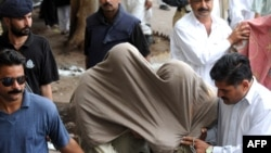 Police escort suspected militants of the banned Al-Qaeda-linked extremist group Lashkar-e-Jhangvi to a court in Karachi.