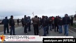 Armenia - Grape farmers block a highway in Ararat province, 15Mar2016.