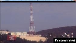 """Кадр из программы """"Специальное расследование"""", Франция. """"Дворец Путина"""" с вышкой для связи под Геленджиком"""