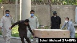 د پاکستان حکومت خبرداری ورکړی چې که خلکو د وایرس خپراوي مخنیوي لپاره لارښوونې عملي نه کړي نو ټولبند به اعلان کړي. ارشیف-انځور