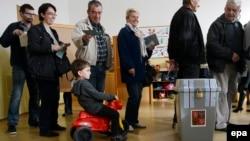 Дауыс беруге келген азаматтар. Прага, 25 қазан 2013 жыл.