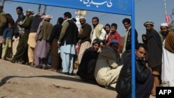 پناهندگان افغان برای ثبت نام در