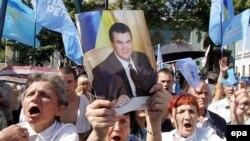 Янукович победил в раде и не намерен отдавать оппонентам и улицу