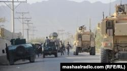 Ауған армиясы мен полиция күштері бүлікшілер шабуыл жасаған жерге кетіп барады. Қандағар, Ауғанстан, 27 қазан 2011 ж.