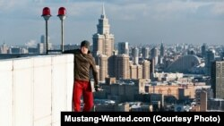 Mustang Wanted Мәскеудегі биік ғимаратқа шығып тұр.