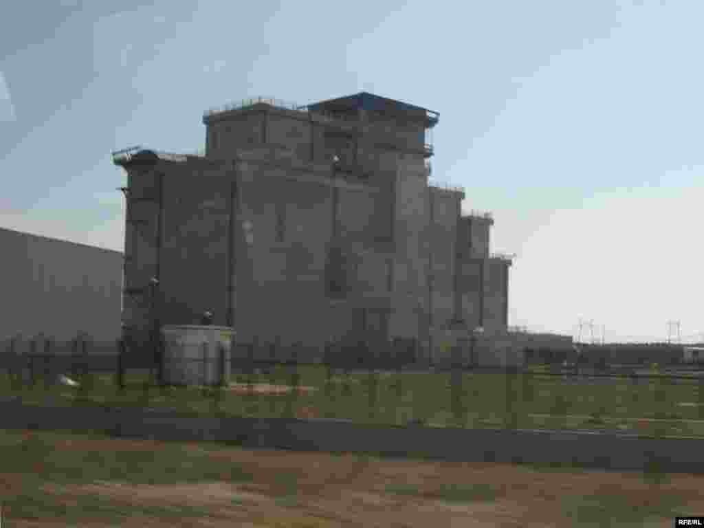 Недобудована споруда сховища відпрацьованого ядерного палива.З квітня 2003 року будівельні роботи тут зупинено через численні помилки у проекті. Вартість контракту - 95,2 млн. євро.