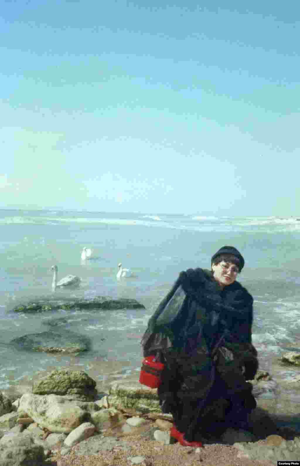Ақтау айдынындағы аққулар. - Каспий теңізінің жағасындағы Ақтау қаласындағы гастролдік сапар кезінде. 1997 жыл.