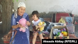 Пенсионерка Назгуль Шаимкулова с внучкой. Село Каракемер, 29 июля 2020 года.