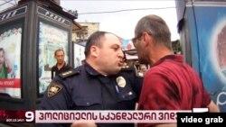 На видеокадрах видно, как полицейский задерживает брата Левана Изория в административном порядке