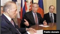 Слева направо: Президент Азербайджана Гейдар Алиев, госсекретарь США Коллин Пауэл и президент Армении Роберт Кочарян во время встречи в Ки-Уэсте (Флорида, США), 3 апреля 2001 г.