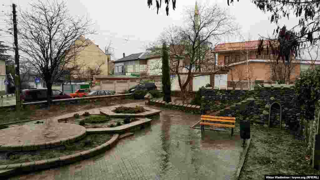 Сквер имени Гирея Баирова – врача-педиатра и детского хирурга. Сквер известному алуштинцу открыли в ноябре 2017 года
