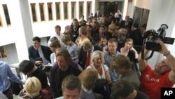 Новинарите чекаат пред судот во Осло