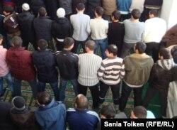 Прихожане мечети района Жылыой. Атырау, 22 февраля 2011 года.