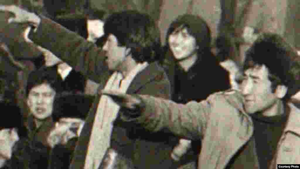 Тысячы людзей падчас акцыі пратэсту ў цэнтры Алматы, 17-18 сьнежня 1986 году