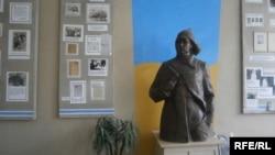 Пам'ятник Володимиру Сосюрі в музеї, Сіверськ, Донецька область