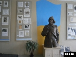 Статуя Володимира Сосюри