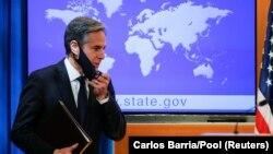 Az új amerikai külügyminiszter, Antony Blinken épp leveszi maszkját, amikor megérkezik első sajtótájékoztatójára Washingtonban, 2021. január 27.