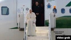Papa Françesk duke zbritur nga aeroplani në aeroportin e Tbilisit në Gjeorgji