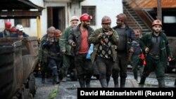 Ситуация остается патовой – шахты закрыты и, по словам профсоюзов, расследование по выявлению виновников трагедии топчется на месте