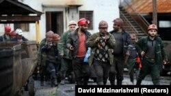 Правозащитники считают решение о временном закрытии шахт крайне запоздалым. Оно должно было быть принято по меньшей мере три месяца назад, когда в Ткибули погибли шестеро шахтеров