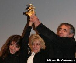 Fransa - Mohsen Makhmalbaf (sağda), həyat yoldaşı Marzieh Meshkini (operator, rejissor) və kiçik qızı Hana (o da rejissordur) Vesoul Beynəlxalq Asiya Filmləri Festivalında mükafat qazanır. 2009