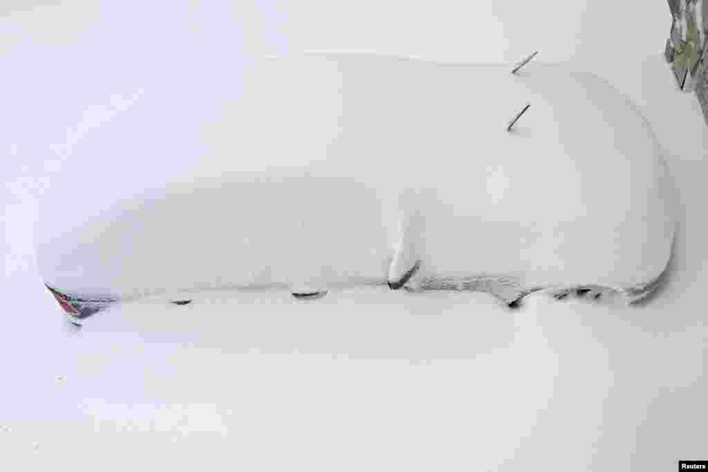 Автомобиль, погребенный под толстым слоем снега