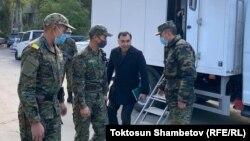 Равшан Джеенбеков приехал сдавать документы в ЦИК под конвоем.
