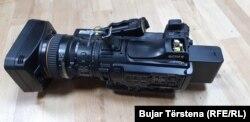 Kamera e dëmtuar e ekipit të REL-it.
