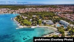"Plaža i zadarski hotelski kompleks Borik u selu ""Digital Nomad Valley Zadar"", 2021."