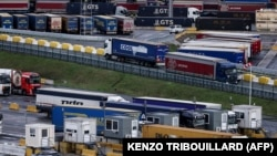 Kamionok a zeebruggei kikötőben Belgiumban 2020. december 14-én