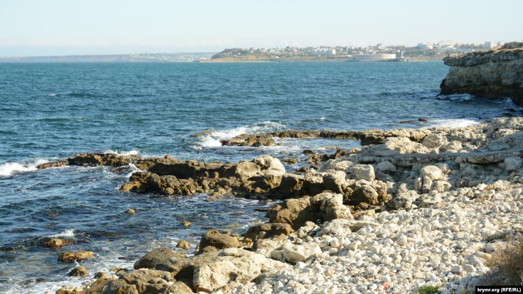 Хвилі розбиваються об каміння стародавнього Херсонеса