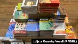 Disa libra për klasë të ndryshme që shiten në një librari në Prishtinë.