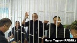 Курсан Асанов, Фарид Ниязов и Жениш Молдокматов (слева направо) в зале суда. 8 октября 2021 года.