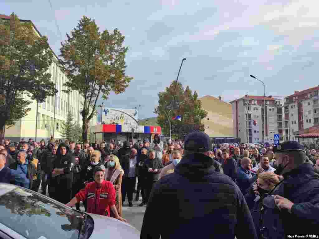 Policë dhe serbë lokalë në Mitrovicë të Veriut. Policia përdori gaz lotsjellës për të shpërndarë turmat. 13 tetor 2021.