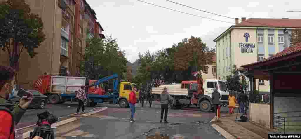Kamioni se nalaze na jednom od glavnih puteva, u blizini Bošnjačke mahale koja povezuje severni i južni dio Severne Mitrovice. 13. oktobra 2021.