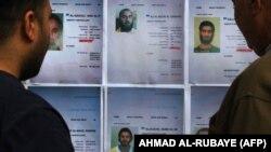 Иракцы смотрят на разыскиваемых членов группировки «Исламское государство» (признана террористической и запрещена в ряде стран).