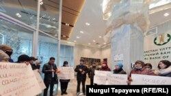 В Нур-Султане люди требовали снизить их долговые нагрузки и простить задолженность по ипотеке. 12 октября 2021 г.