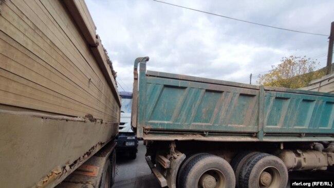 Kamionë të vendosur në magjistralen Prishtinë-Rashkë.