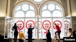 """Знакът Women power, рисуван на прозорците на фондация """"Данер"""" в Копенхаген по повод 8 март"""