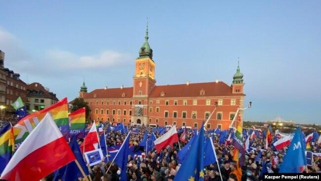 Protestat në Varshavë kundër vendimit të Gjykatës Kushtetuese, 10 tetor, 2021.