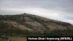 Вид на гору Спилия (386,6м), где располагается соседний форт Южный