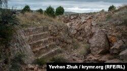 Траншеи форта вырублены в скале, а для стрелков оборудованы бетонные парапеты