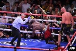 Тайсън Фюри нокаутира Дионтей Уайлдър в 11-ия рунд в Лас Вегас, 10 октомври 2021 г.