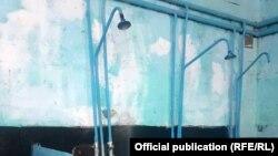 Душевая школы-интерната имени В. И. Ленина, Чаткальский район, Джалал-Абадская область. Фото секретариата акыйкатчи КР.