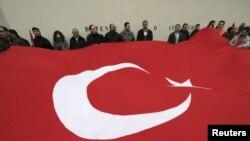 Париж: акция протеста живущих во Франции турок против принятия закона о наказании за отрицание факта геноцида армян