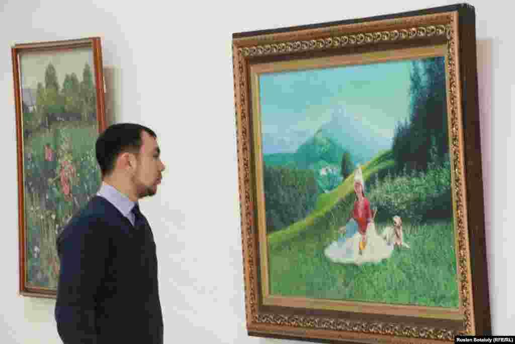 Молодой человек смотрит на картину, где изображена девушка.