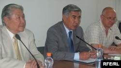 Лидеры оппозиции Серикболсын Абдильдин, Жармахан Туякбай и Владимир Козлов на пресс-конференции. Алматы, 16 июня 2009 года.