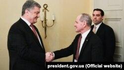 جیم ریش (وسط) در دیدار با رئیس جمهور سابق اوکراین