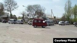 Автомобили Damas на улицах населенного пункта в Узбекистане.