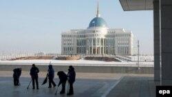 Работники убирают площадь перед главной резиденцией президента Казахстана в Астане.